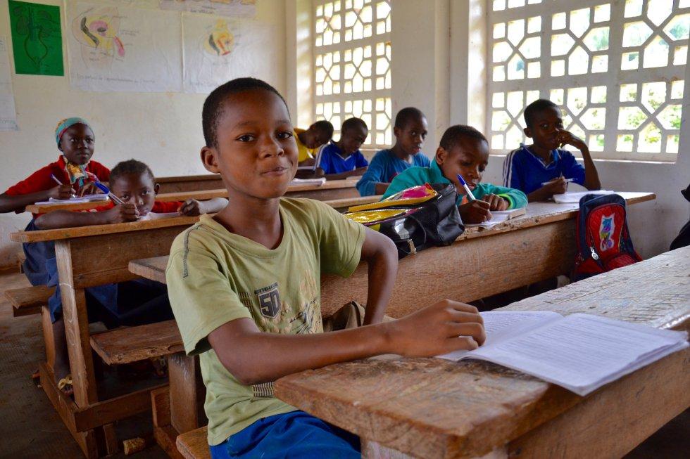 También se fomenta en estas escuelas el respeto por las tradiciones que han permitido a este pueblo vivir en completa armonía con la selva durante generaciones.