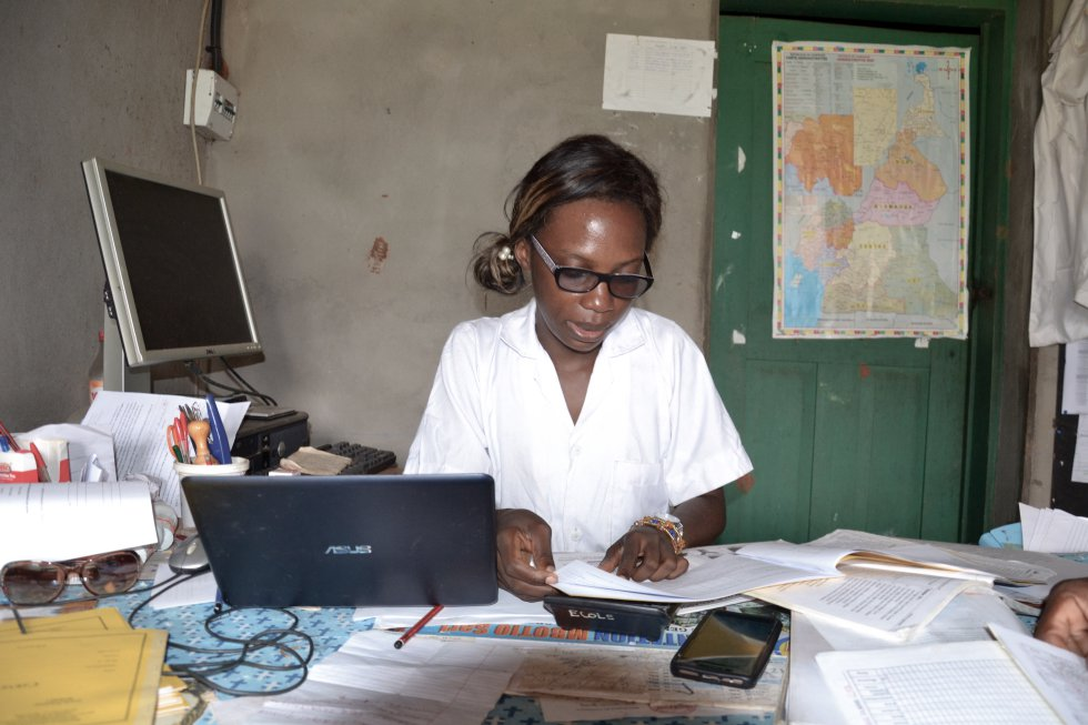 Veronique Nga Messi, directora de la escuela primaria de Abjoli donde acoge a gran número de alumnos baka.