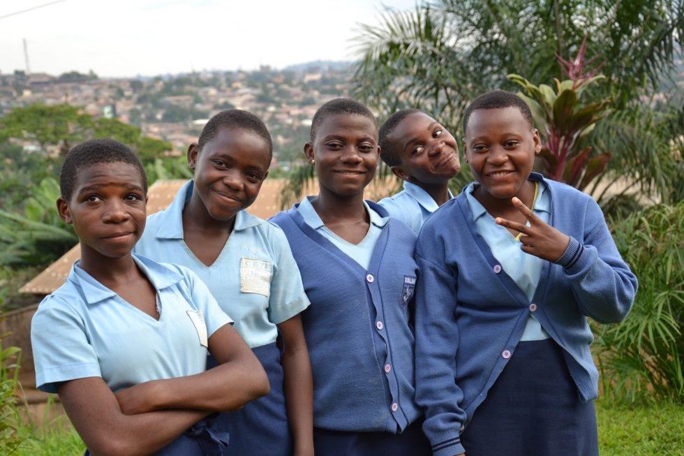 Grupo de niñas bakas que estudian secundaria. En el país, la tasa de escolarización en la educación primaria ronda el 99%, mientras que en la secundaria baja al 47%.