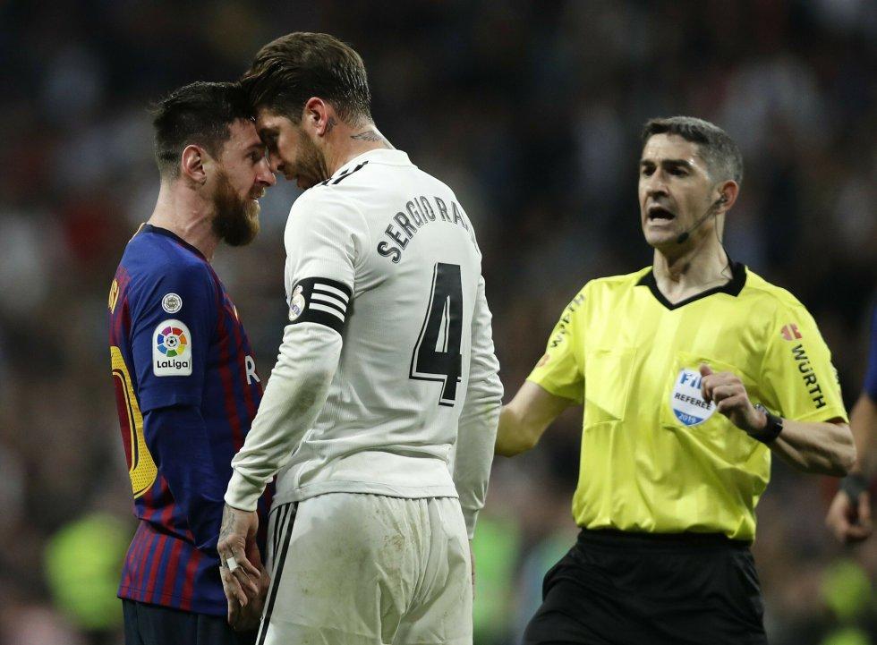 Lionel Messi se encara con Sergio Ramos.