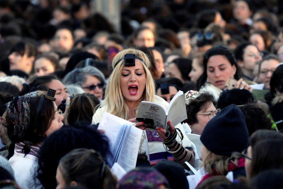 Integrantes de la organización feminista Mujeres del Muro rezan este viernes mientras se reúnen con motivo del mes de Rosh Hodesh (nuevo mes judío) en la sección de mujeres del Muro de las Lamentaciones, el lugar más sagrado del judaísmo, en la Ciudad Vieja de Jerusalén (Israel). Mujeres del Muro mantiene una batalla legal contra el Gobierno israelí y el rabino del Muro, Shmuel Rabinowitz, para que les permitan realizar la oración en la sección de mujeres con un rollo de la Torá (Sefer Torah), filacteria o tefilín (objeto de rezo judío) y kipá, costumbres que según la tradición judía están reservadas para los hombres.