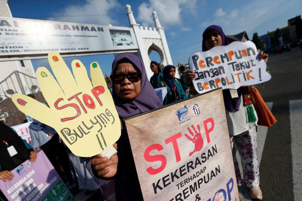 Mujeres de Aceh, en Indonesia, asisten a una concentración por el Día Internacional de la Mujer, este viernes.