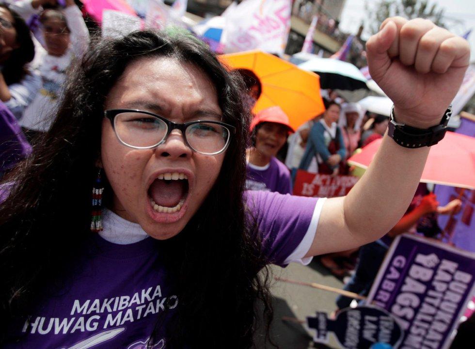 Una adolescente filipina grita durante una protesta celebrada este viernes con motivo del Día Internacional de la Mujer, en Manila (Filipinas).