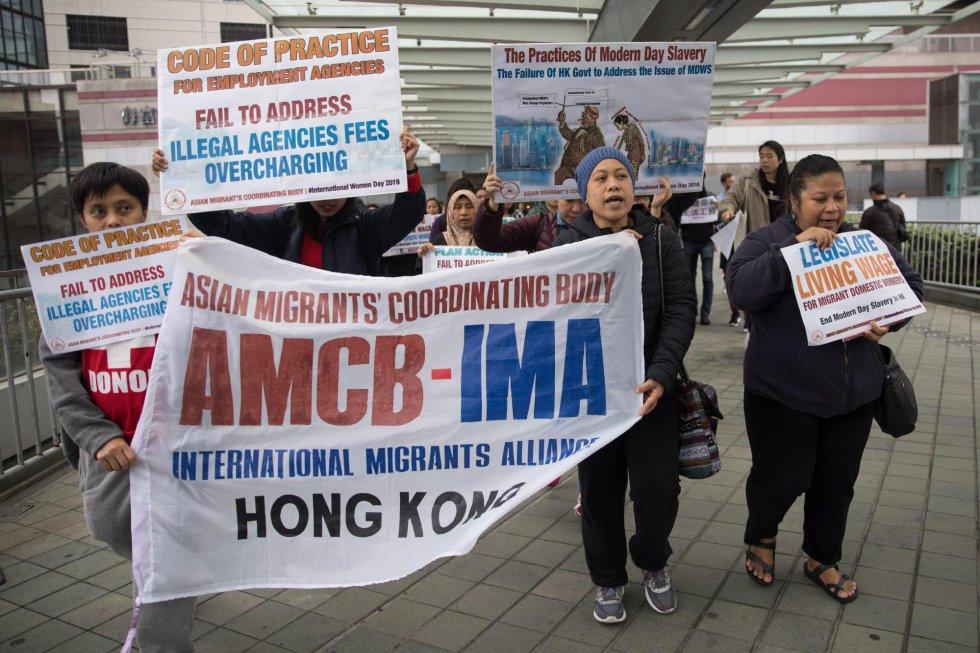Trabajadoras indonesias del servicio doméstico participan en una manifestación para reclamar mejoras laborales este viernes, Día Internacional de la Mujer, en Hong Kong.
