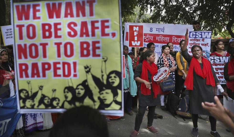 Mujeres indias gritan consignas durante una marcha para celebrar el Día Internacional de la Mujer en Nueva Delhi. Cientos de mujeres llevaron a cabo obras callejeras y marchas en la capital india para protestar contra la violencia doméstica, los ataques sexuales y la discriminación laboral y salarial. Los crímenes violentos contra las mujeres han aumentado en la India a pesar de las severas leyes promulgadas por el Gobierno.