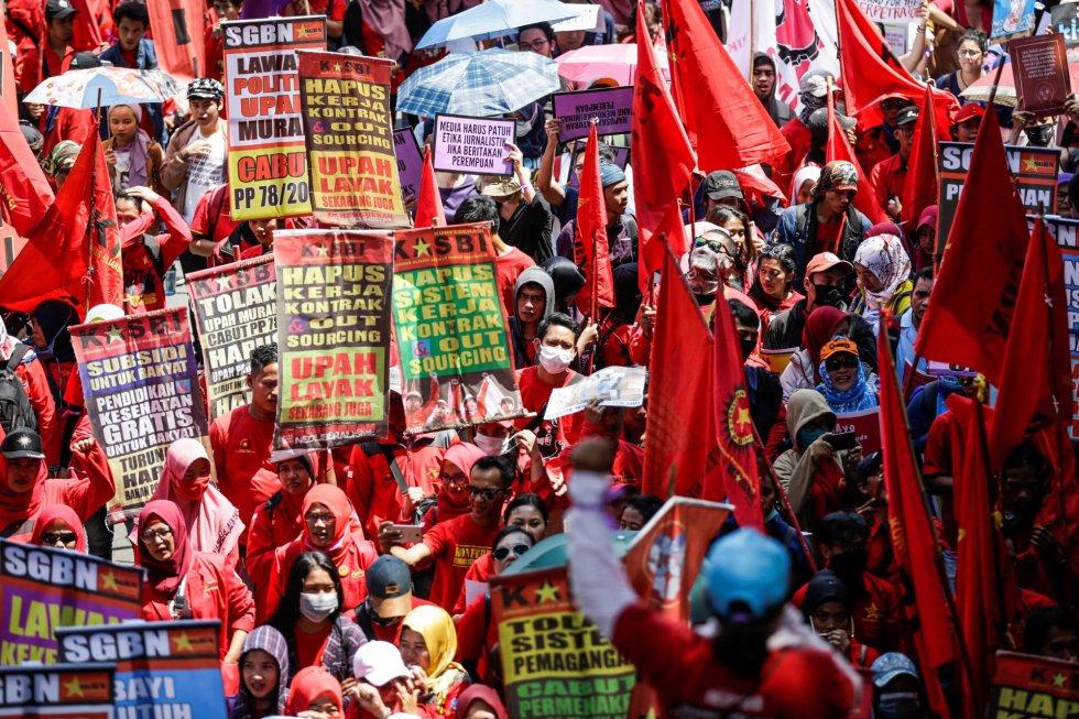 Manifestación hacia la sede del Gobierno para celebrar el Día Internacional de la Mujer, este viernes en Yakarta (Indonesia).