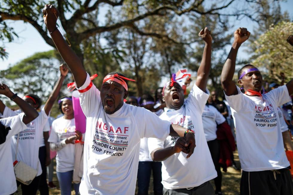 Kenianos participan en una protesta contra el feminicidio durante la celebración del Día Internacional de la Mujer en Nairobi, Kenia.