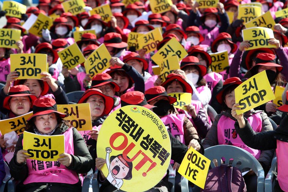 Sindicalistas surcoreanas participan en una manifestación este viernes con motivo de la celebración del Día Internacional de la Mujer, en Seúl, Corea del Sur.