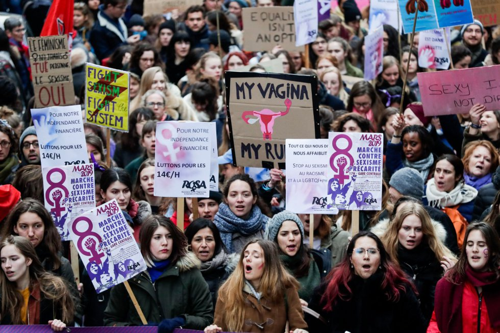 Varias personas acuden a una concentración con motivo del Día Internacional de la Mujer, este viernes en Bruselas (Bélgica).