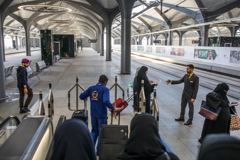 Acceso al andén en la estación de Yedah, donde un empleado del Haramain High Speed Railway (Tren de alta Velocidad Haramain) atiende a los viajeros. El acceso en las estaciones es similar al de los aeropuertos, con distinto control de seguridad para hombres y mujeres.