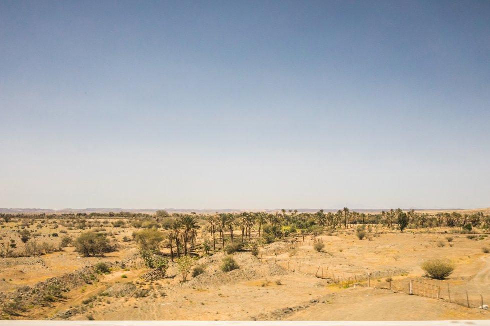 El desierto desde la ventanillla del AVE del Desierto, tras pasar por KAEC, las siglas en inglés de Ciudad Económica Rey Abdalá. El desierto ha sido precisamente uno de los grandes obstáculos que ha tenido que superar el consorcio hispano-saudí que ha construido la infraestructura: las altas temperaturas y la arena, con el movimiento de las dunas, han obligado a retrasos y sobrecostes.