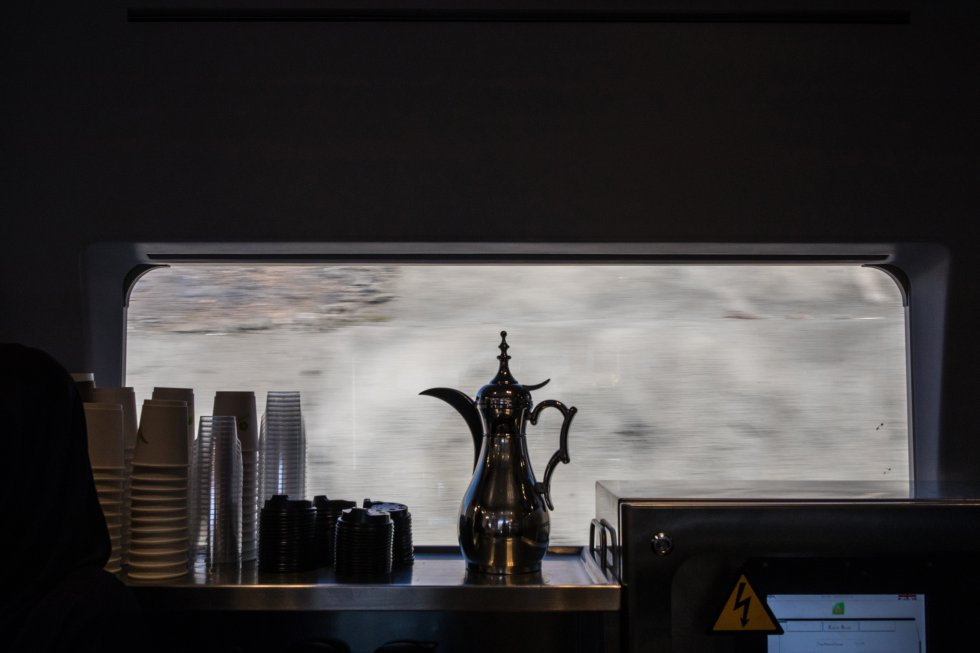 Una 'dallah', el recipiente tradicional para servir el café árabe, y las tazas en la cafetería del AVE del Desierto. Aunque en un principio estaba previsto que se segregase a hombres y mujeres en los vagones, finalmente pueden viajar juntos.