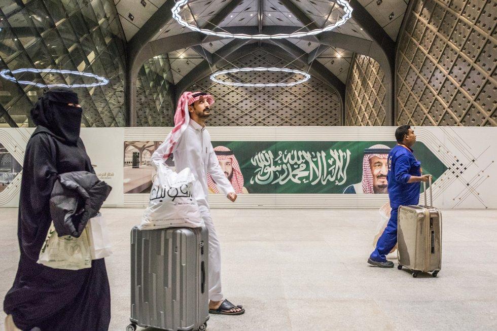 Varios pasajeros se dirigen a la salida en la estación de Yedah. Es una de las estaciones intermedias, la anterior (o posterior, según el sentido) a La Meca, una de las dos ciudades santas musulmanas, donde nació Mahoma.