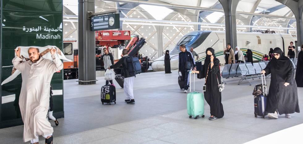 Varios pasajeros recién llegados en el tren procedente de La Meca y Yedda, se dirigen a la salida en Medina. Medina es la segunda ciudad santa del islam: allí murió mahoma en el año 632. La línea se llama Haramain High Speed Railway. Haramain significa 'Dos santuarios', en referencia a Medina y La Meca.