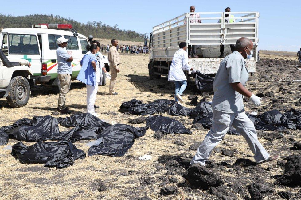 Equipes de resgate recolhem os corpos no local do acidente. As vítimas eram de mais de 30 nacionalidades diferentes, segundo a companhia aérea