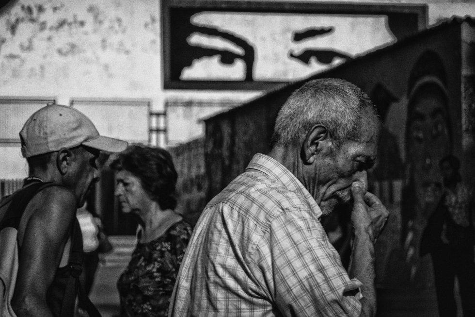 Un grupo de personas camina por el municipio Libertador, al oeste de Caracas.