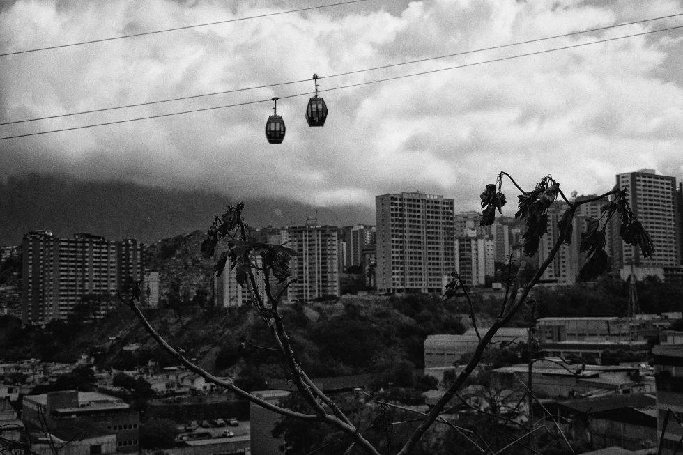 El teleférico de Caracas quedó suspendido desde el jueves cuando la central hidroeléctrica de Guri, que abastece cerca del 70% del territorio, sufrió una falla. El Gobierno acusa a la oposición y a Estados Unidos de sabotear la central.