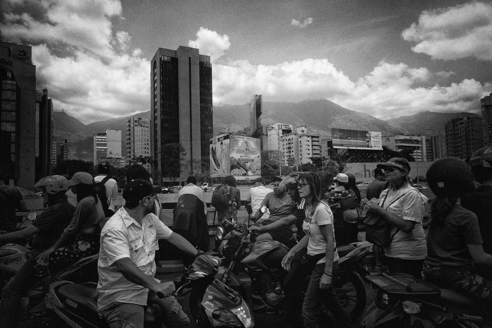 El sábado, seguidores de Juan Guaidó se movilizaron de nuevo contra Nicolás Maduro. En la imagen, caminan sobre una avenida en Las Mercedes, en Caracas.