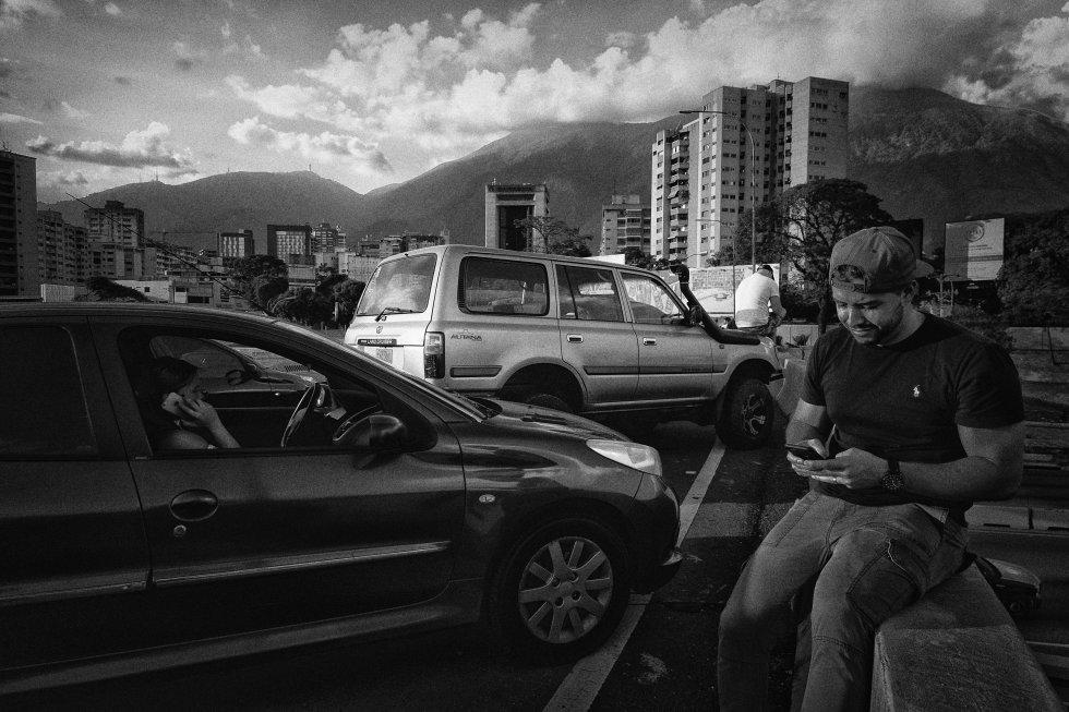 Ante la falta de luz en muchas zonas de la ciudad, muchos vecinos de Caracas se paraban en algunas zonas de la autopista para lograr señal para sus teléfonos y poder conectarse a Internet.