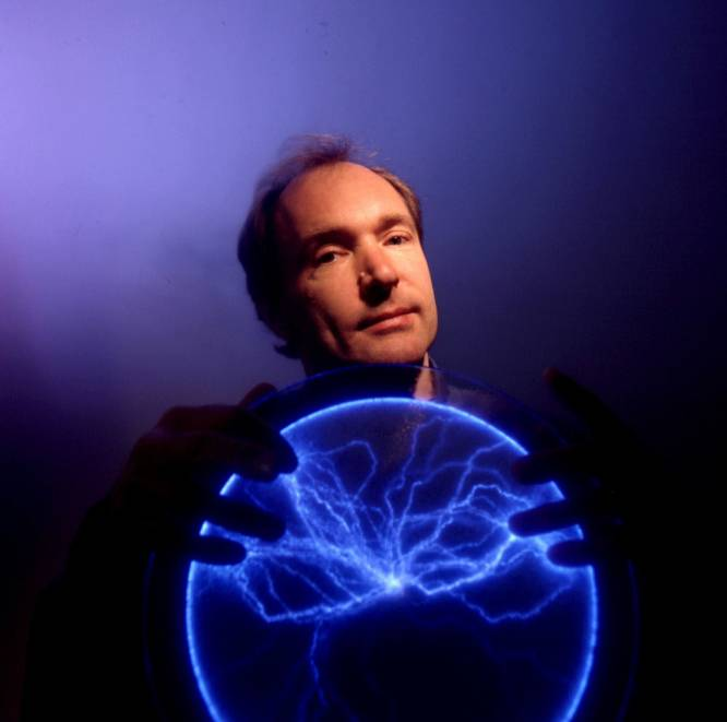 El físico británico convertido en programador Tim Berners-Lee diseñó buena parte del lenguaje de programación que hizo accesible internet para el gran público. Hoy se celebra 30 años de su propuesta del sistema que se convertiría en la World Wide Web.