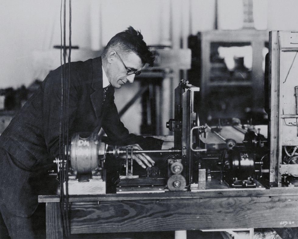 El ingeniero eléctrico norteamericano Vannevar Bush (1890-1974) propuso en 1945 el sistema Memex, un conjunto de protohipertextos que permitiera reunir todos los libros, archivos y comunicaciones de un individuo y mecanizar su consulta para que fuera más rápida.