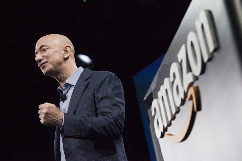 Jeff Bezos cogió el coche con su exmujer, MacKenzie, desde Nueva York a Seattle para fundar Amazon, una tienda online de libros, en el garaje de la casa que alquilaron. Cinco años después ya eran una amenaza para las grandes librerías norteamericanas.