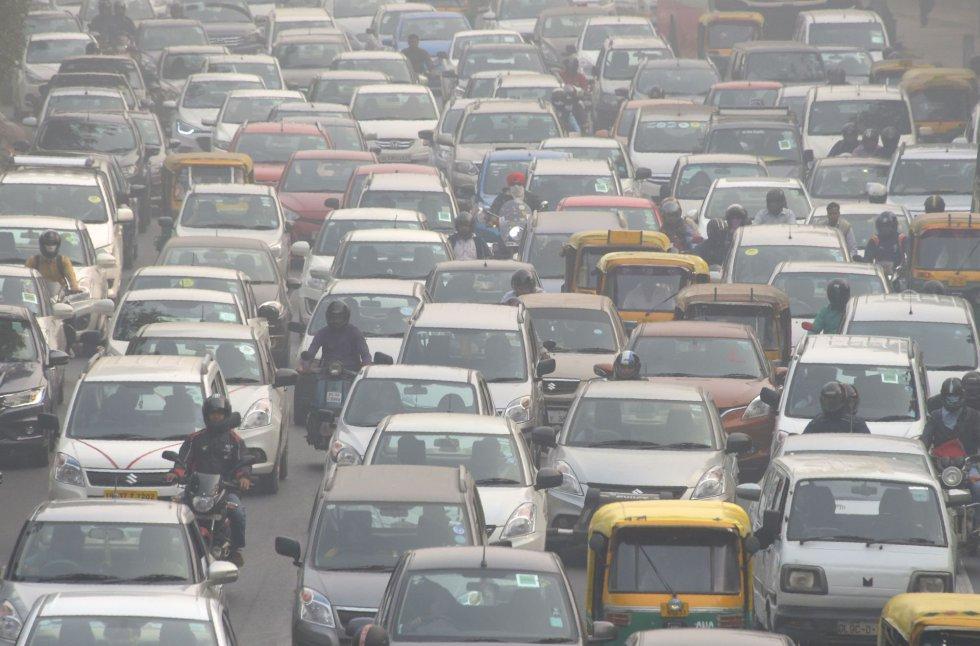 A humanidade não está a caminho de cumprir as metas estabelecidas para 2030 e 2050 nos diversos acordos internacionais sobre mudança climática, desenvolvimento sustentável e proteção ambiental. Na foto, a poluição causada por veículos em uma rua em Nova Delhi (Índia), em 14 de novembro de 2017.