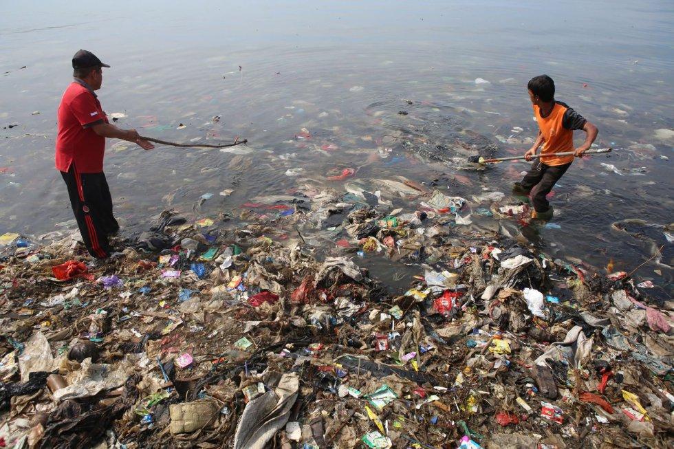 A parte positiva é que conhecemos as medidas que devem ser tomadas e incluídas em tratados internacionais como o Acordo de Paris ou os chamados Objetivos de Desenvolvimento Sustentável (ODS). Devemos parar com a perda de biodiversidade e poluição do ar, melhorar a gestão da água e dos recursos, mitigar a mudança climática e nos adaptar a ela, usar os recursos eficientemente... Na imagem, voluntários limpam a baía de lixo de Lampung em Sumatra, em 21 de fevereiro de 2019.