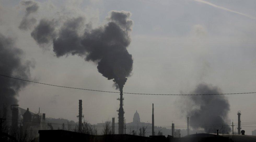 """""""É necessário tomar medidas urgentes em uma escala sem precedentes para deter e reverter essa situação e, assim, proteger a saúde humana e ambiental"""", conclui o relatório. Na imagem, as chaminés de uma refinaria de petróleo no estado de Utah (Estados Unidos), em 10 de dezembro de 2018."""
