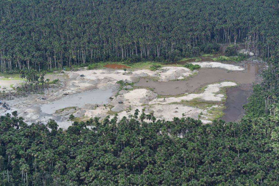 O estudo foi apresentado na quarta-feira, coincidindo com a Assembleia das Nações Unidas para o Meio Ambiente, realizada em Nairobi (Quênia), onde se espera algum acordo concreto para, por exemplo, reduzir o consumo de plásticos. Na imagem, vista aérea de uma área desmatada da floresta amazônica, no sudeste do Peru, causada pela mineração ilegal, em 19 de fevereiro de 2019.