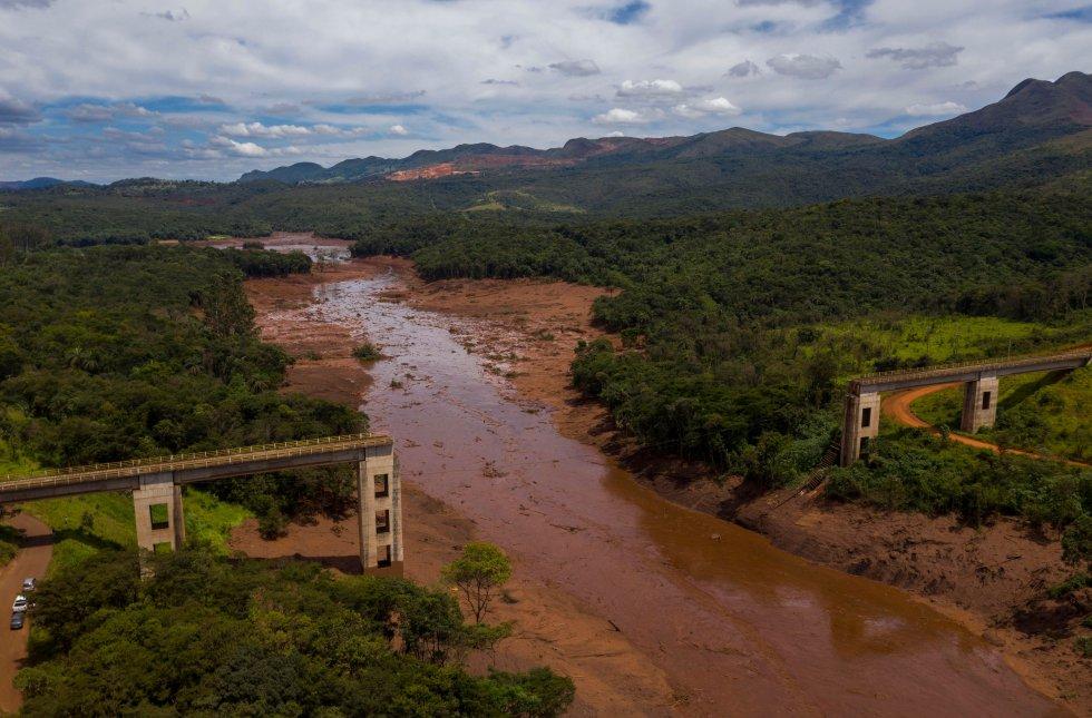 """""""A mudança climática altera os padrões climáticos, o que, por sua vez, tem um efeito amplo e profundo sobre o meio ambiente, a economia e a sociedade, o que põe em risco a subsistência, a saúde, a água, a segurança alimentar e energia das populações"""", explica a ONU. Na imagem, vista aérea da ponte ferroviária derrubada por um deslizamento de terra após o colapso, em 25 de janeiro de 2019, de uma barragem em uma mina de minério de ferro em Minas Gerais."""