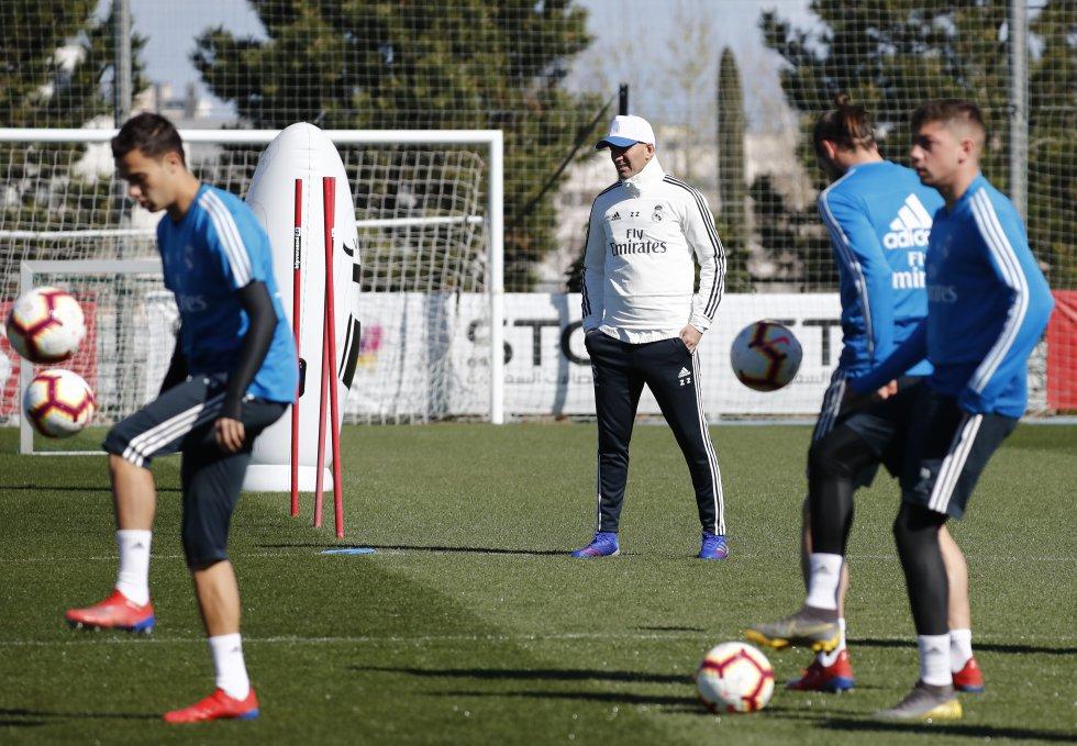Zidane planeó una sesión que arrancó con un circuito en el que los  futbolistas combinaron trabajo 1206a86beeda6
