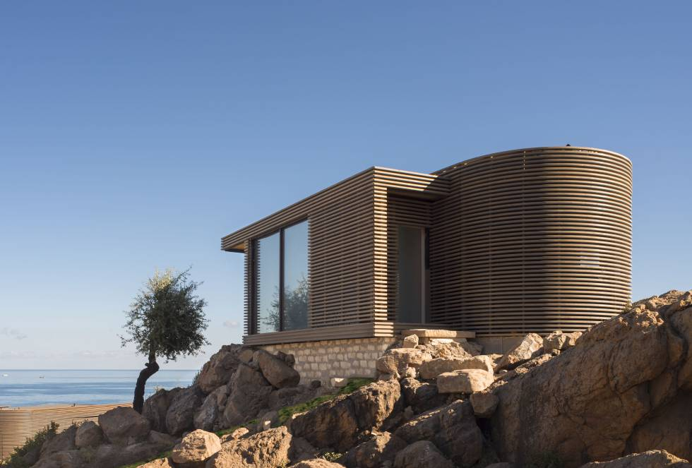 O Club Med Cefalú, na costa norte da Sicília (Itália), ganhou o prêmio de melhor projeto de hospitalidade do ano. O escritório de arquitetura King Rosseli assina esta proposta de pequenas vilas privadas, distribuídas em um penhasco rochoso com vista para o Mediterrâneo.