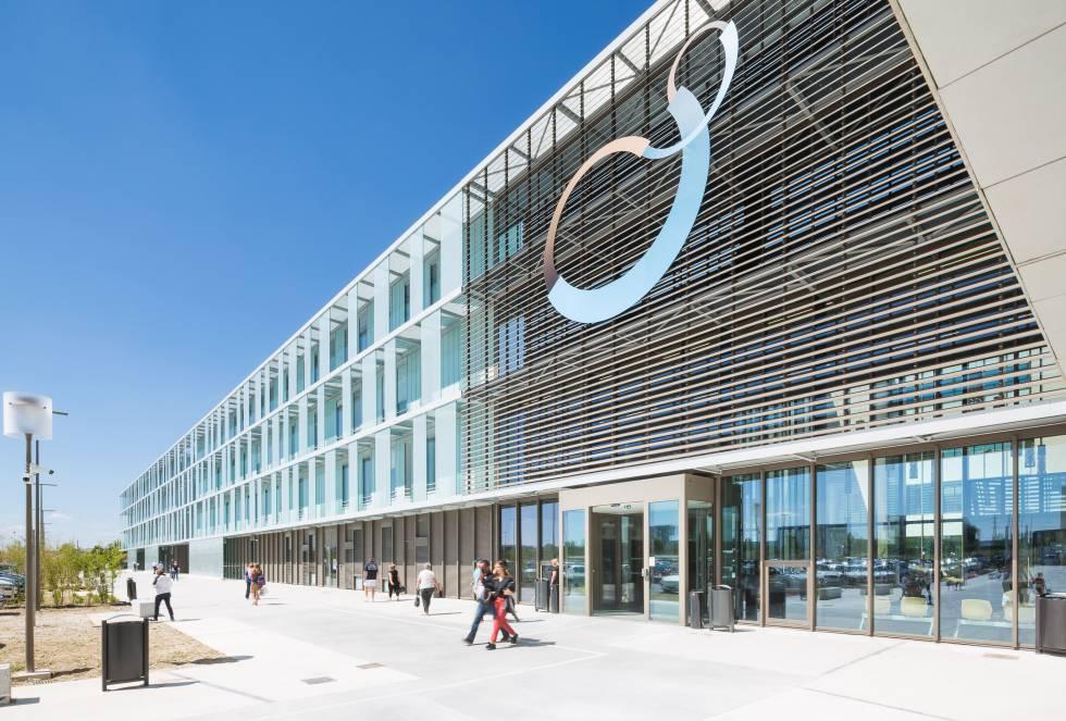 O Polyclinique Reims-Bezannes está localizado às portas da Grande Paris. Em seus 42 mil metros quadrados, abriga 24 salas de cirurgia e 11 salas de parto. É assinado pelo arquiteto Jean-Michel Jacquet.