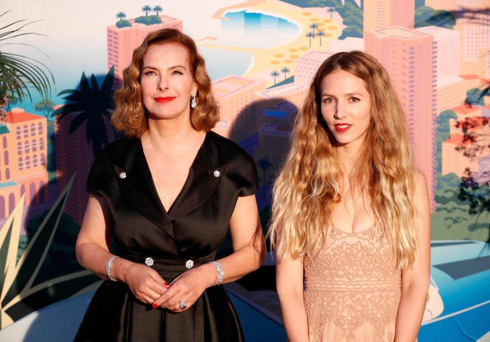 La actriz Carole Bouquet, futura suegra de Carlota Casiraghi y  Charlotte Giacobetti, invitadas de honor de los Grimaldi.