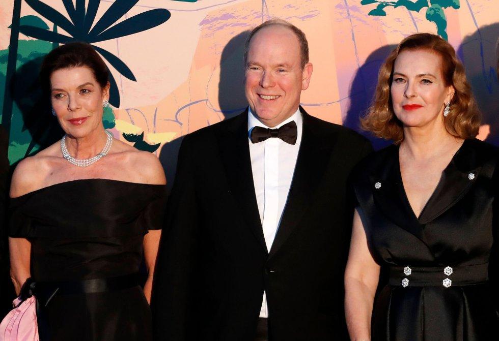 Alberto de Mónaco posa con su hermana Carolina y Carole Bouquet, en lo que se interpreta como la oficialización del compromiso de Carlota Casiraghi y Dimitri Rassam.