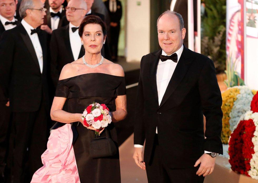Carolina de Mónaco, vestida con un traje de la última colección de Karl Lagerfeld y su hermano el príncipe Alberto.