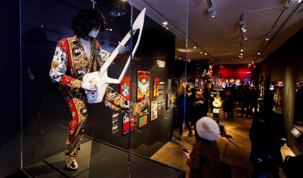Vista de uma guitarra e um terno usado por Prince durante a pré-estreia da exposição 'Play It Loud: Instruments of Rock & Roll' no Museu Metropolitan, em Nova York.