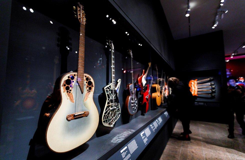 """À esquerda, a guitarra tocada por Nancy Wilson durante a coletiva de imprensa da exposição """"Play It Loud: Instruments of Rock & Roll"""", no Metropolitan Museum de Nova York."""