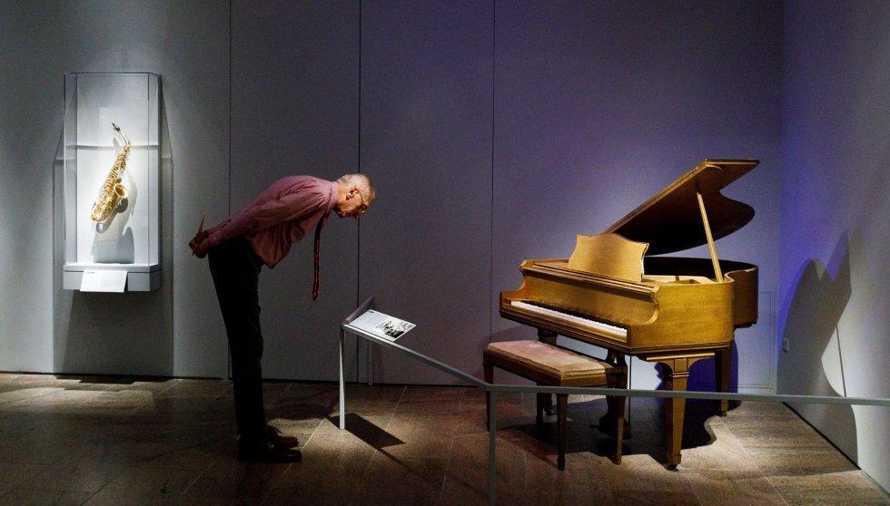 Um homem observa um piano pertencente ao pianista e cantor Jerry Lee Lewis, conhecido como 'The Killer', na segunda-feira no Metropolitan Museum em Nova York.