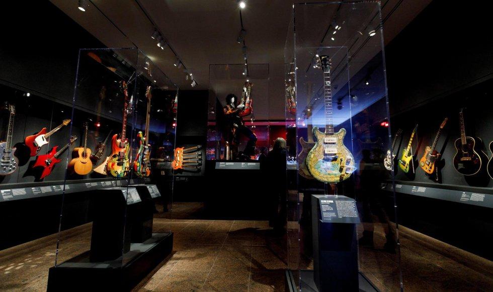 Visão geral de alguns dos instrumentos que fazem parte da exposição 'Play It Loud: Instruments of Rock & Roll'.