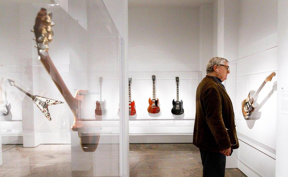 Um homem observa uma guitarra que pertenceu ao artista Stevie Ray Vaughan.