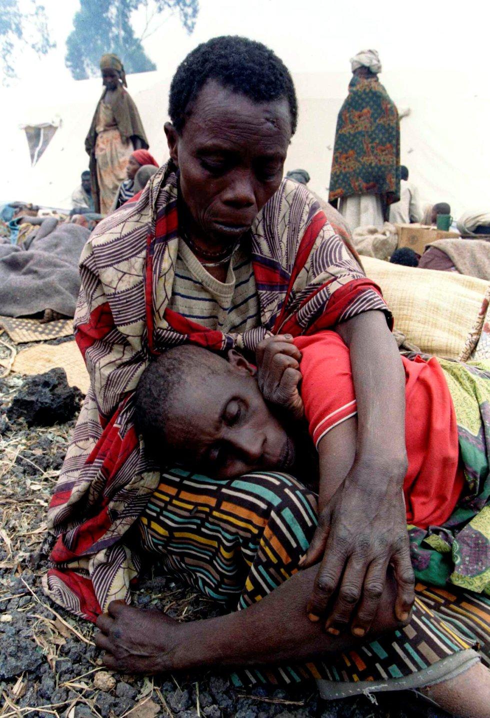 Un hombre consuela a su esposa, enferma de cólera, en un campo de refugiados, a 10 kilómetros al norte de Goma (República Democrática del Congo), el 21 de julio de 1994.