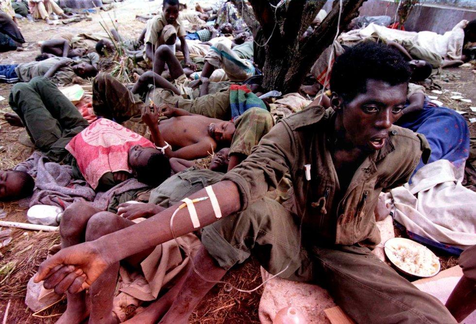 El 7 de abril, la primera ministra Agathe Uwilingiyimana y los soldados belgas de las fuerzas de la ONU que la custodiaban fueron asesinados brutalmente por los soldados del Gobierno. En la imagen, un soldado ruandés enfermo de cólera, en un hospital militar improvisado de Goma, el 26 de julio de 1994.