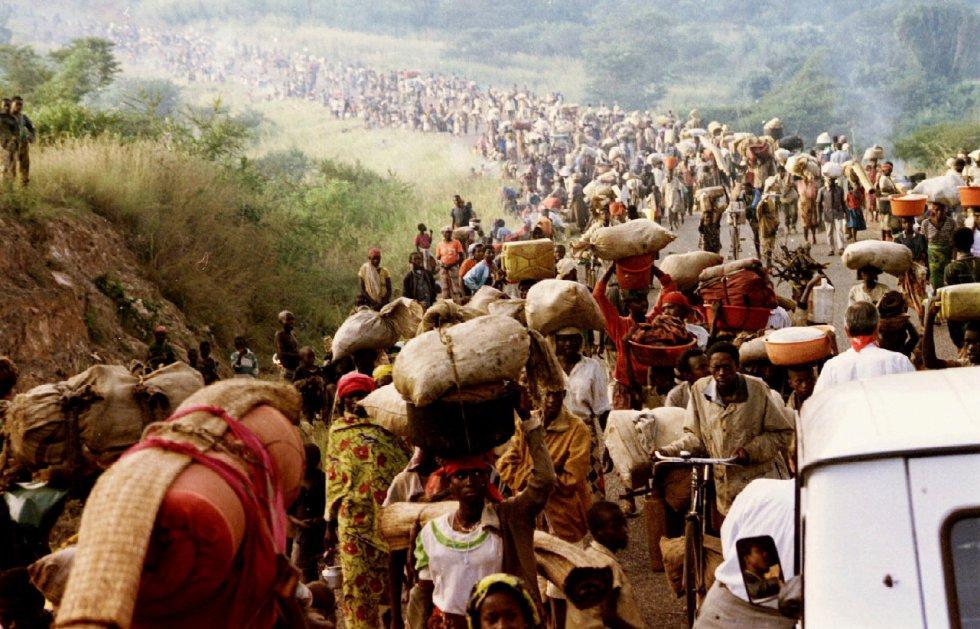 Habyarimana, que había llegado al poder en 1973 mediante un golpe de Estado, pertenecía a la etnia hutu, mayoritaria en el país (representaba el 85% de la población antes del conflicto). En la imagen, refugiados ruandeses cruzan la frontera de Rusumo a Tanzania, el 30 de mayo de 1994.