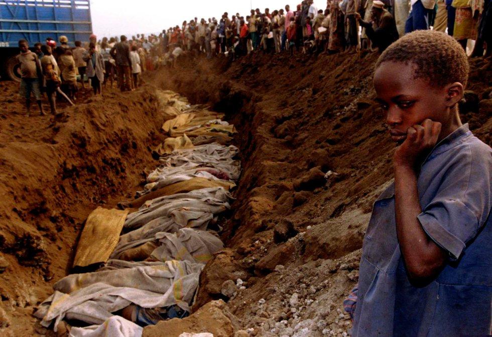 Ruanda, con ocho millones de habitantes, se convirtió en una inmensa fosa común ante la práctica pasividad de la comunidad internacional. En la imagen, una niña ruandesa ante una fosa común donde decenas de cadáveres van a ser sepultados, el 20 de julio de 1994.