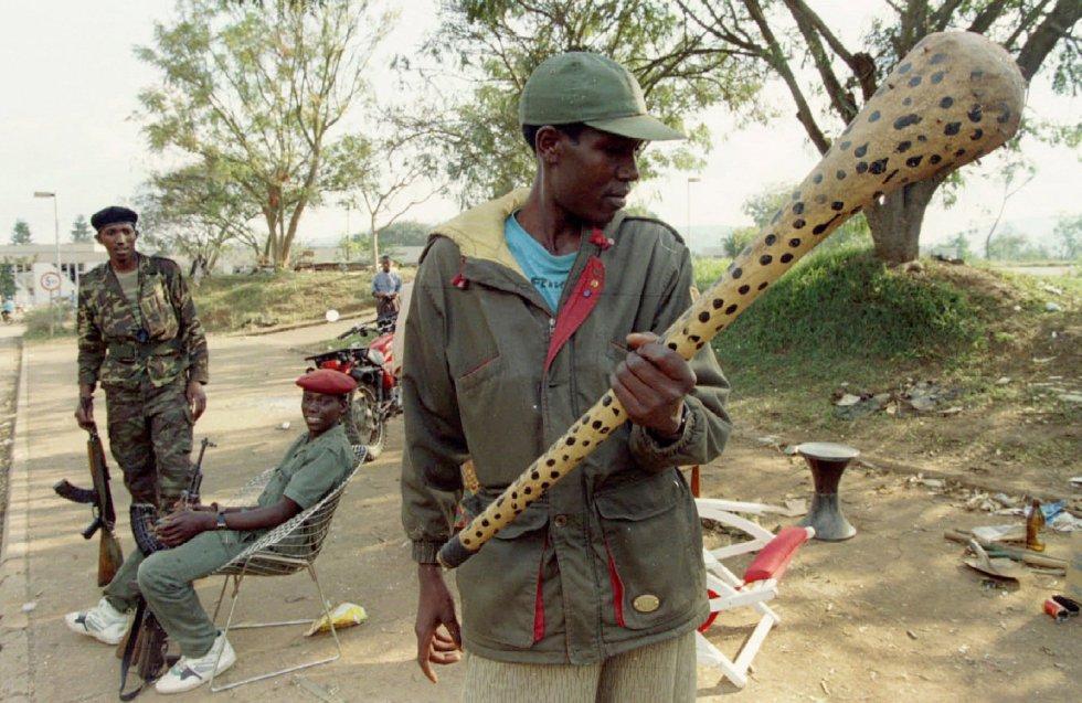Un rebelde del Frente Patriótico de Ruanda contempla un bate con clavos cerca de un puesto de control de la milicia, el 7 de julio de 1994.