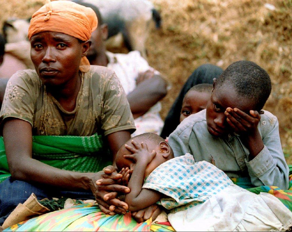 Una mujer hutu y sus hijos descansan durante su huida a Zaire (actual República Democrática del Congo), el 16 de agosto de 1994.