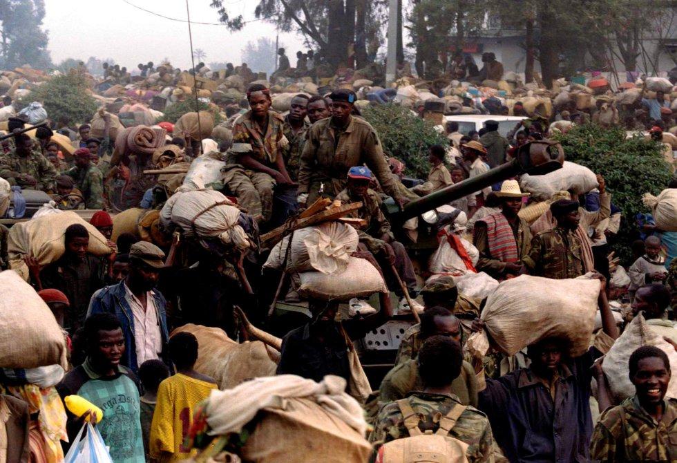 El 22 de junio 1944, el Consejo de Seguridad de la ONU autorizó una misión humanitaria de las fuerzas francesas, llamada la Operación Turquesa, que salvaría a cientos de civiles en el suroeste de Ruanda. En otras áreas, los asesinatos siguieron hasta el 4 de julio, cuando el FPR tomó el control militar de todo el país. En la imagen, soldados del Gobierno de Ruanda rodeados de civiles que huyen frente al avance del Frente Patriótico de Ruanda, el 17 de julio de 1994.