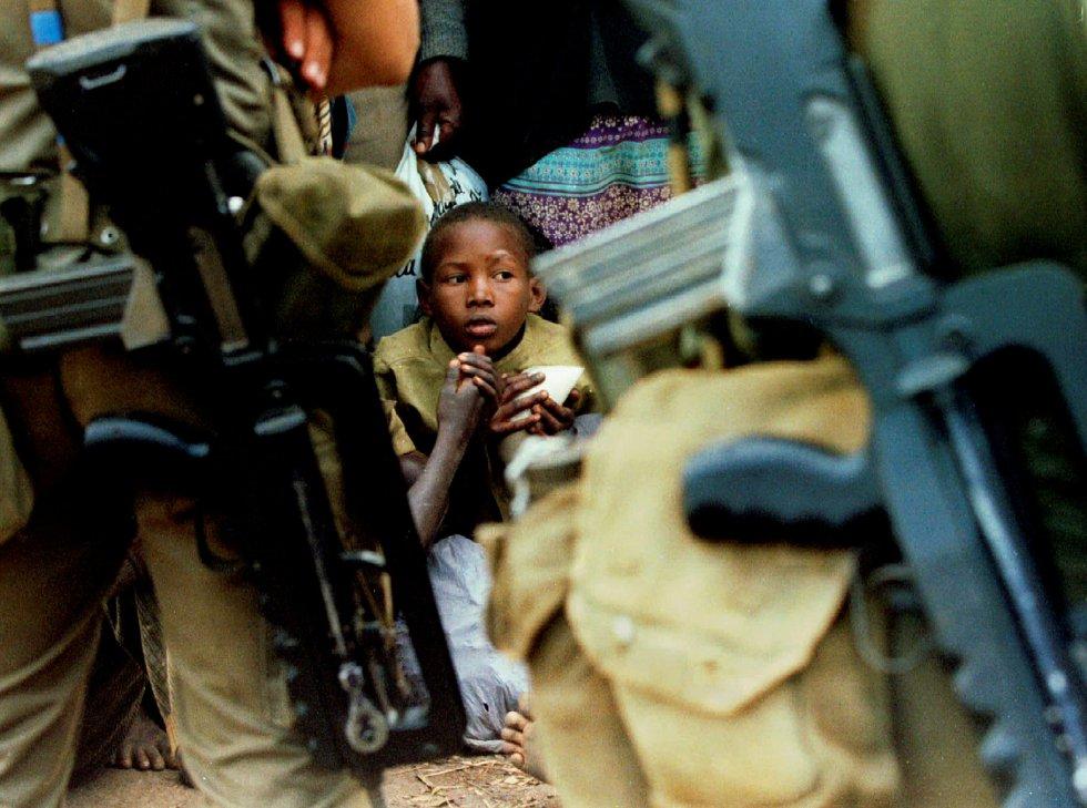 Una niña hutu, perdida entre una multitud de 10.000 refugiados retenidos al intentar cruzar a Zaire (actual República Democrática del Congo), mientras las tropas francesas patrullaban la zona fronteriza, el 21 de agosto de 1994.